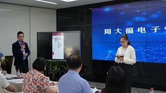 周大福新入职员工代表正在签署盐田区第一份电子劳动合同